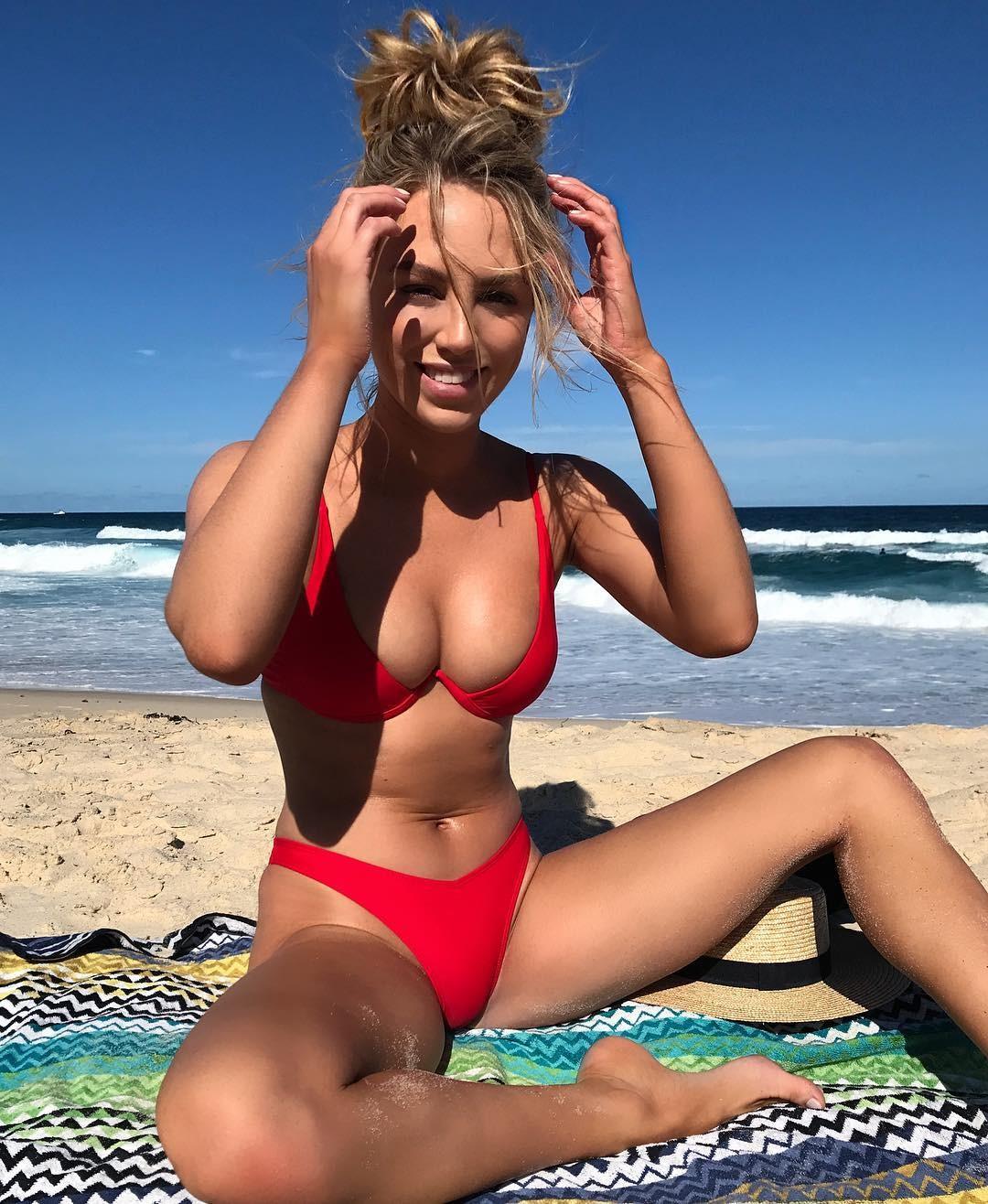 Фото красивой девушки в бикини на море